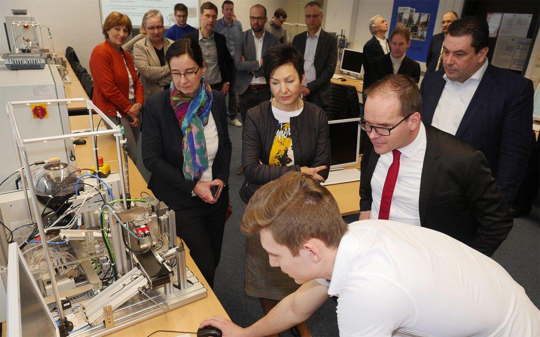 Die BBS 2 Wolfsburg zeigt Projekte zur digitalen Bildung im neuen Smart Factory Labor